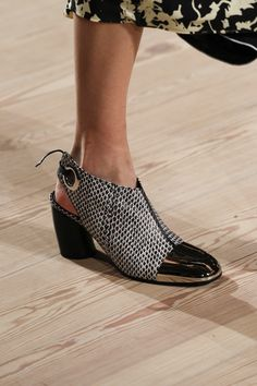 Proenza Schouler Fall 2016 Ready-to-Wear Accessories Photos - Vogue Shoes Too Big, Pretty Shoes, Beautiful Shoes, Proenza Schouler, Your Shoes, Oxfords, Designer Shoes, Heeled Mules, Fashion Shoes