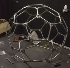 Aluminium space frame lighting rig Geodesic Sphere, Geodesic Dome Greenhouse, Geodesic Dome Homes, Pyramid House, Dome House, Mod Furniture, House Design Pictures, Shelter Design, Space Frame