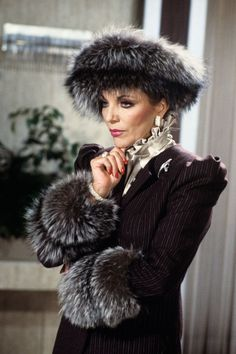 Joan Collins as Alexis Colby, Dynasty Fashion Tv, Style Fashion, Carrie Bradshaw, Vintage Outfits, Vintage Fashion, Gossip Girl, V Drama, Alexis Carrington, Der Denver Clan