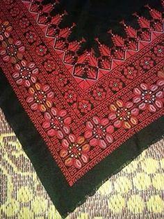 شال مثلث Cross Stitch Art, Cross Stitch Designs, Cross Stitching, Cross Stitch Embroidery, Embroidery Patterns, Hand Embroidery, Cross Stitch Patterns, Palestinian Embroidery, Hama Beads