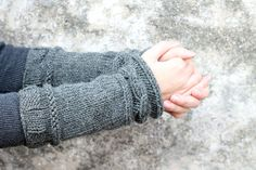 Outlander patterns inspired by the TV show, including Claire's cable knit wrist warmers, Brianna's capelet, Claire's arm warmers and more! Outlander Knitting Patterns, Sweater Knitting Patterns, Free Knitting, Shrug Pattern, Free Pattern, Making Scarves, Fingerless Mitts, Wrist Warmers, Outlander Series