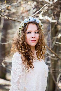 Нежный весенний ободок с цветами Оливка
