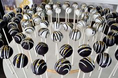 Black White and Gold Cake Pops By Simply Sweet Creations (www.simplysweeton…) Schwarz Weiß und Gold Cake Pops von Simply Sweet Creations (www. Black And Gold Cake, Black And White Theme, Black White Gold, Gold Birthday Party, 40th Birthday Parties, Sweet 16 Birthday, Cake Birthday, Themed Parties, Black White Parties