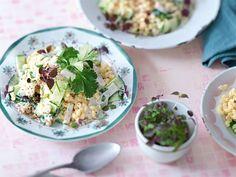 Vegetarische Rezepte: Gurken-Koriander-Salat mit Joghurt-Sesam-Soße