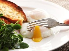 How To Make Food Lab Poach Eggs - Perfect poached eggs are not easy to make. But we've got a few tricks up our sleeves that'll have you poaching like a pro e. Easy Poached Eggs, Perfect Poached Eggs, Omelettes, Crusty White Bread Recipe, Brunch Recipes, Breakfast Recipes, Breakfast Bites, Mexican Breakfast, Breakfast Sandwiches