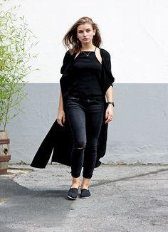 Moderedakteurin Lara weiß genau, wie man einen stylischen All-black-everything Look stylt und setzt dabei auf schlichte Trendpieces. Sie kombiniert einen coolen schwarzen Longblazer mit einer Used-Skinny Jeans und klassischen Espadrilles. Wieder einmal bewiesen: Black is beautiful! Shoppt ihren Look hier: http://liketk.it/2oNcJ! //Editor Lara knows how to style an all-black-everything look: with black understatement. She combines a long blazer, ripped skinny jeans and espadrilles. Shop her…