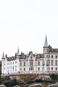 Discover the enchanting Dunrobin Castle in the Scottish Highlands. Check out our blog for more magical castles to visit in Scotland.   #scottishcastles #castlesinscotland #beautifulcastlesscotland #dunrobincastle #fairytalecastles #castleaesthetic Scotland Castles, Scottish Castles, Abandoned Castles, Abandoned Mansions, Abandoned Places, Castles To Visit, Fantasy Princess, Abandoned Amusement Parks, Fairytale Castle