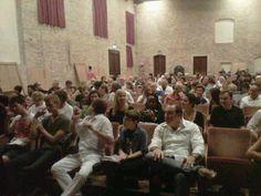 auditorium S.Nicolò affollato di studenti, docenti e pubblico di ascoltatori, anche l'assessore alla cultura del Comune di Chioggia, Pierluca Donin