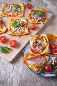 Mini pizze z ciasta francuskiego z szynką - przepis na szybką przekąskę Grilling Recipes, Snack Recipes, Cooking Recipes, Healthy Recipes, Snacks, Good Food, Yummy Food, Fat Foods, Best Dishes