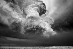 The amazing photographs of storms and thunderstorms by Mitch Dobrowner, an American photographer who travels for several years accross the American great plains from Kansas to Dakota through Colorado, Minnesota or Texas, to capture the fury of nature in black and white photographs as impressive as beautiful.