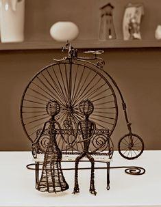 z minulosti-doba vynálezov Wire Art Sculpture, Chandelier, Ceiling Lights, Crafts, Home Decor, Candelabra, Manualidades, Decoration Home, Room Decor