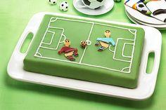 Ein Rezept für eine Fußball-Torte - perfekt für den Kindergeburtstag! Wir erklären, wie sie gebacken wird. Hier entlang! © Pickerd