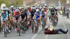 Der hat Nerven... Fotograf Damien Vandamme legte sich beim Radrennen Gent - Wevelgem einfach mal auf die Straße, was bei den Sportlern gar nicht gut ankam