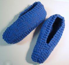 Voici un modèle facile à faire et qui se tricote rapidement. J'ai tricoté en fil double (avec 2 fils en même temps) mais ce n'est pas essentiel. Version imprimable Fournitures : Phentex et laine ac... Knit Slippers Free Pattern, Knitted Slippers, Crochet For Kids, Knit Crochet, Yarn Inspiration, Knitting Socks, Knit Socks, Knitting Patterns Free, Crochet Patterns