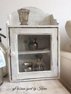 Lief vitrine kastje in oud wit, met glasdeurtje. Te koop bij Gaaf