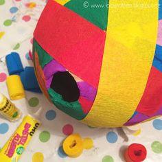 DIY Pinata / Luftballon mit Pappmachee und bunten Kreppbändern