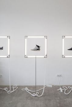 Innovative lighted display for shoes Window Display Design, Shoe Display, Visual Display, Fashion Store Display, Display Case, Shoe Store Design, Retail Store Design, K Store, Retail Interior