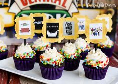 Friends TV Show Cupcakes and Toppers are so great for a Friends party of any kind! Could those printable toppers be any cuter? Friends Tv Show, Friends Best Episodes, Friends Moments, Cake Tv Show, Chocolate Peanut Butter Cupcakes, Cupcake Diaries, Friends Cake, College Graduation Parties, Friend Recipe
