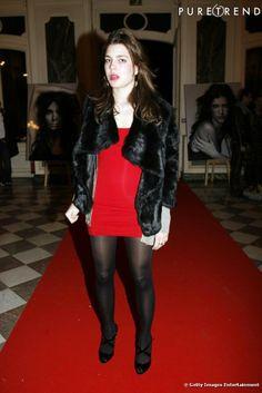 Charlotte Casiraghi se lâche et ose enfin les tenues de femme fatale. Robe rouge sous un manteau de fourrure, ells resplendit....