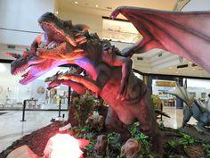 Quem passa pelo Shopping D pode avistar já do lado de fora uma das réplicas que fazem parte da inéditaExposição Dragõesem cartaz no empreendimento. Logo na entrada, o Dragão da Floresta com 3.60m de altura …