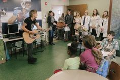 Keith Urban Surprises Patients at Nashville Hospital for Musicians on Call