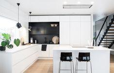 Talo Markki - black and white kitchen - Scandinavian kitchen - big kitchen island - modern staircase Kitchen With Big Island, Big Kitchen, Kitchen Design, Kitchen Stuff, Kitchen Cabinet Storage, White Kitchen Cabinets, Kitchen White, Kitchen Flooring, Kitchen Countertops