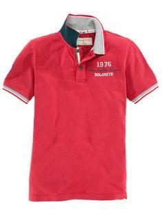 Das Poloshirt von Dolomite in feurigem Rot, überzeugt durch viele Stickereien, die es unverwechselbar machen.