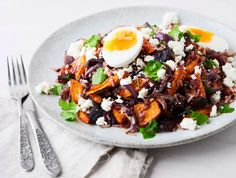 Ei ole uunijuuresten ja fetan makuliiton voittanutta. Keitetyt kananmunat ja täyteläinen, kuitupitoinen riisi tekevät salaatista tukevan aterian.