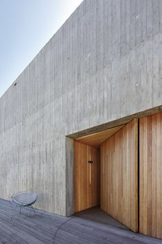 PR House by Architects Ink Location: Fleurieu Peninsula, SA, Australia Area: 340 sqm Year: 2017 AWARDS 2018 South Australian Architecture Awards Residential Architecture – Houses (New) Winner, John S Chappel Award Concrete Facade, Concrete Architecture, Concrete Houses, Architecture Awards, Concrete Wood, Residential Architecture, Interior Architecture, Board Formed Concrete, Landscape Architecture