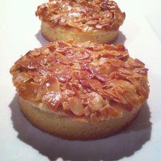 Bonjour, Voici de jolies tartelettes, faciles à faire et délicieusement bonnes! Pour la pâte sablée : pour 4 à 6 grandes tartelettes de 10cm - 250g de farine - 125g de beurre mou - 100g de sucre - 2 càs d'huile de tournesol - 1 jaune d'oeuf - un peu de... Tarte Orange, Chocolates, Savory Tart, Tea Time, Biscuits, Deserts, Muffin, Camembert Cheese, Sweets