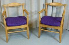 Robert GUILLERME et Jacques CHAMBRON Paire de fauteuils Bridge modèle «Fumay», structure en bois naturel, garniture en tissu violet Hauteur: 83 cm, Largeur: 56 cm, Profondeur: 52 cm