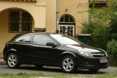 http://www.vezess.hu/hasznalt_auto/hasznalt_auto_opel_astra_h/44839/ Használtautó magazinunk újabb cikke: Az Opel 2003 őszén mutatta be a H Astrát, amikor örök vetélytársa, a Golf az ötödik generációba lépett. Debütálásakor a H Astra a legfejlettebb kompakt autó volt. ESP-je rendelkezett utánfutó-stabilizálással, megjelent benne a beszédvezérléses telefonálás, a dupla üvegtető, és az első Opel volt, amely a kulcsot helyettesítő jeladót felismerve kinyitotta az ajtókat a kocsihoz odaérve.