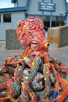 ocean trash art upcycling - For Earth Day, the Kodiak High School Students created a massive Octopus work of art all created fr - High School Art Projects, Art School, Party Girlande, Waste Art, Stylo 3d, Recycled Art Projects, Recycled Materials, Trash Art, Octopus Art