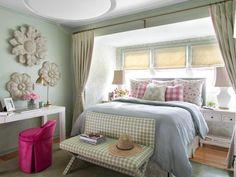 literie bleu ciel, peinture murale assortie, bureau blanc laqué et tabouret en rose
