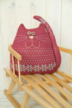Dont really like it with the tail. Good way to reuse an old sweater. Cat Crafts, Kids Crafts, Cat Cushion, Cushion Pillow, Sewing Stuffed Animals, Fabric Animals, Cat Quilt, Cat Pillow, Cat Doll