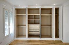 Armarios a medida, lacados en blanco e interiores en madera de diseño. www.reformaplus.com
