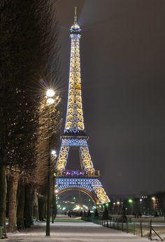 Tour Eiffel scintillante la nuit, Paris France