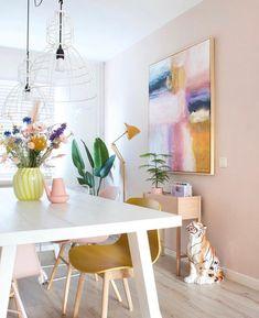 Staat het niet prachtig bij Sandra van @koseligblog thuis? Sandra heeft een super mooi huis met als boventoon roze geel en een vleugje lila. Niet gek dus dat we ervoor kozen om deze kleuren terug te laten komen in het schilderij. Om te vieren dat de BLOOMING Collection er bijna aankomt organiseren @koseligblog en ik iets heel leuks samen. Daarover deze week meer! Wel zal ik alvast de lanceringsdatum met jullie delen. Op donderdag 1 oktober om 20:30 uur komt de NEW BLOOMING COLLECTION online Creative Art, Office Desk, Dining Table, Furniture, Instagram, Home Decor, Seeds, Desk Office, Decoration Home