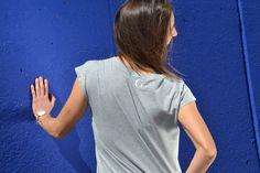 Camiseta en algodón orgánico diseñada y fabricada en Barcelona, algodón turco con certificación GOTS. Corte femenino y casual. Barcelona, Organic Cotton T Shirts, V Neck, T Shirts For Women, Tops, Fashion, Cotton T Shirts, Short Skirts, Hair Color
