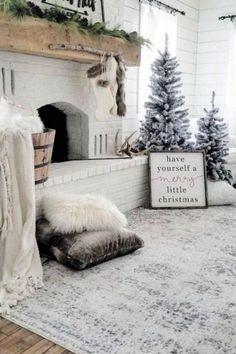 Decoration Evenementielle, Decoration Christmas, Farmhouse Christmas Decor, Country Christmas, Xmas Decorations, Christmas Fireplace Decorations, Christmas Mantels, Christmas Tree And Fireplace, Christmas Staircase