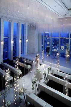 大阪駅真上、地上150m。最上階で絶景と美食を楽しむプレミアウエディング!大阪駅真上!専用エントランスから最上階へ。地上150メートルからの雄大な眺望が自慢の、ウエディングのための贅沢なフロア!都心の利便性と大阪の街を見下ろす開放感と美食によるおもてなし…、すべてが「プレミア」。