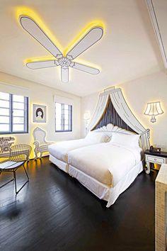 """Singapur: """"Wanderlust"""" Was für ein Kleinod! In der Business-Metropole Singapur, in der es vor unpersönlichen Hotelketten nur so wimmelt, ist das """"Wanderlust"""" eine unfassbar charmante Entdeckung. Und die 29 Zimmer erst! In einigen hat man wegen der gezeichneten Möbel das Gefühl, in einem Comic gelandet zu sein. DZ ab 100 Euro, wanderlusthotel.com."""