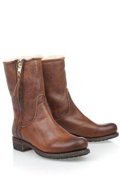 In deze vachtgevoerde stoere laarzen van Blackstone steelt u tijdens iedere koude winterdag zeker de show! U vindt ze bij #DiCapolavori