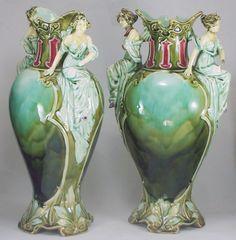 Duas ânforas, porcelana esmaltada e policromada, no mel..