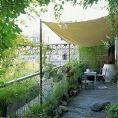 Balcons parisiens on pinterest balconies kitchen for Toile tendue jardin