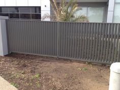 Free Standing Aluminum arete Vertico Slats E Directly Driveway Fence, Fence Slats, Driveway Design, Front Fence, Fence Design, Front Yards, Aluminum Pool Fence, Fence Weaving, Concrete Fence Posts