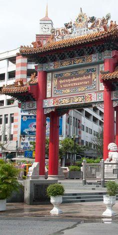 Bangkok: Chinatown ist hier eine Sehenswürdigkeit für sich. Herrliche Straßenküchen, ein endlos langer Markt, Händler und quirliges Leben. Das chinesische Tor ist einer der Eingänge in die chinesische Stadt innerhalb der Thailändischen Hauptstadt. Von Streetfood und Highlights liest Du im Blog. Bangkok, Laos, Vietnam, Big Ben, Highlights, Building, Thailand Travel Tips, Cambodia, Singapore