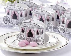Envie de vivre un conte de fées ? Choisissez ces petits carrosses qui renfermeront vos dragées et proposeront une atmosphère magique sur chacune de vos tables. http://www.mariage.fr/carrosses-princesse-boite-dragees.html