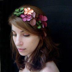Ein einzigartiger und auffälliger Kopfschmuck, klassischer Blumen-Haarschmuck aus echtem Leder und Satin.  Die beiden glänzenden Materialien erzeug...