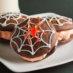Spiderweb Whoopie Pies: Chocolatey cookies filled with sweet and fluffy orange filling, finished off with a spooky icing spiderweb. Dessert Halloween, Halloween Cakes, Halloween Treats, Cupcakes, Cupcake Cakes, Cake Mix Whoopie Pies, Whoppie Pies, Fudge Cake, Holiday Treats